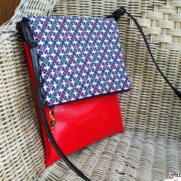 Sac Besace rabat zip original simili cuir rouge motifs petites fleurs pop
