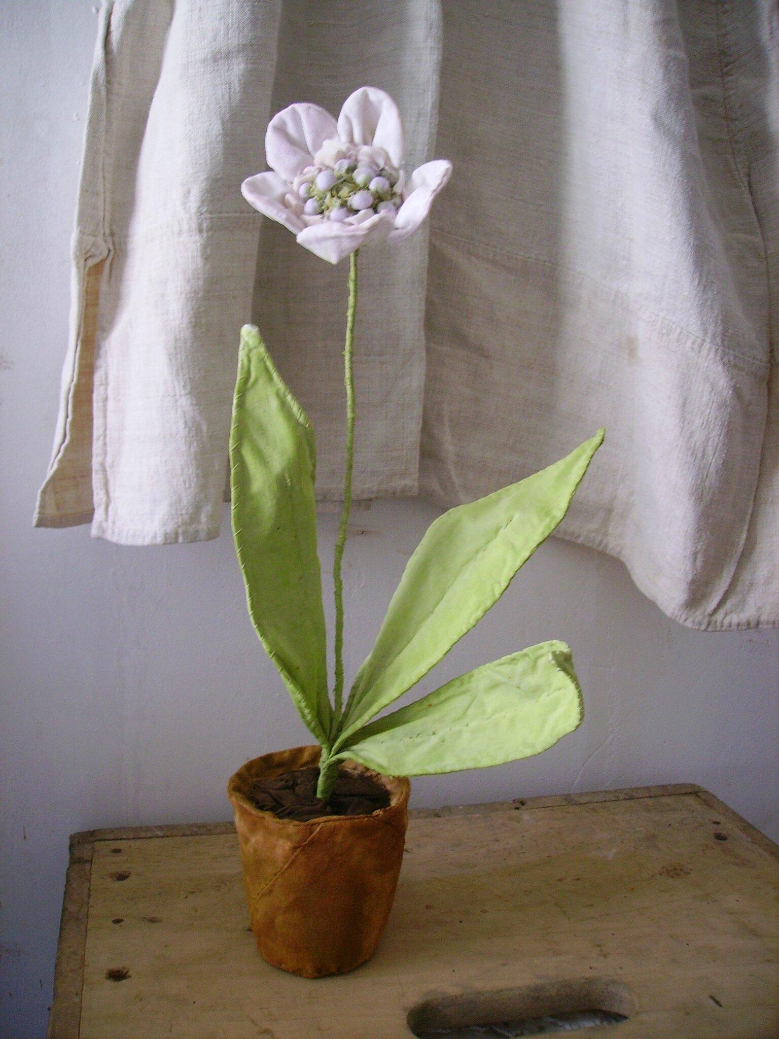 fleur blanche en pot textile