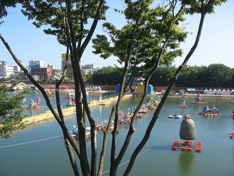 1024px-Korea-Jinju-Festival-Nam