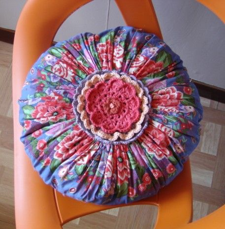 "Atelier Couture et Crochet : ""Coussin rond YOYO ""ambiance kitch, bohème, gypsy"""