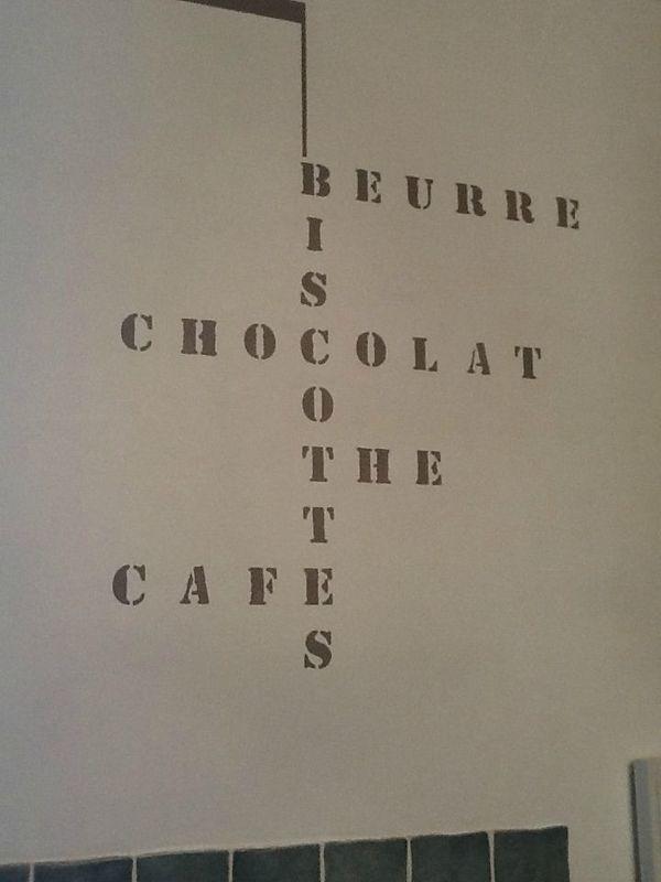 une idee rigolote de pochoir sur un mur de cuisine l 39 atelier patatin. Black Bedroom Furniture Sets. Home Design Ideas