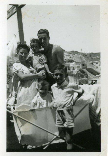 là je suis encore dans le ventre de ma maman. Sur la photo, mon père, mon frère et mes cousins André et Monique