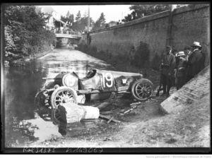 accident_Guiness_sur_Sunbeam__la_voiture_accidente_e_dans_le_rivie_re_ou__elle_est_tombe_e_apre_s_sa_sortie_de_route_durant_le_grand_prix_de_l_A