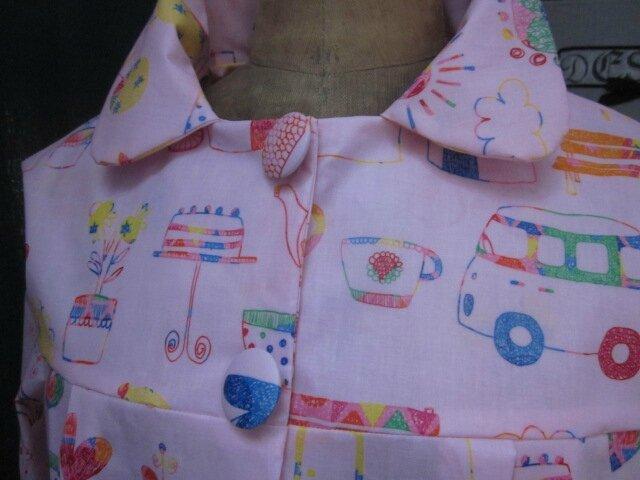 Ciré AGLAE en coton enduit rose imprimé dessins d'enfant fermé par 2 pression dissimulés sous 2 boutons recouverts (5)