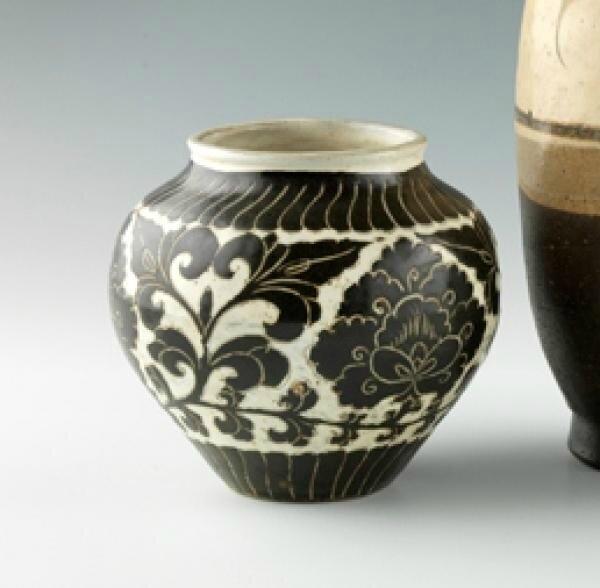 Vase en grès émaillé sgraffiato noir et crème, Chine, époque Song, XIIème, XIIIème siècle