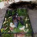On installe les aliments dans un casier en fer, tout les aliments sont pliés dans des feuilles de bananiers ou mis dans des marmites.