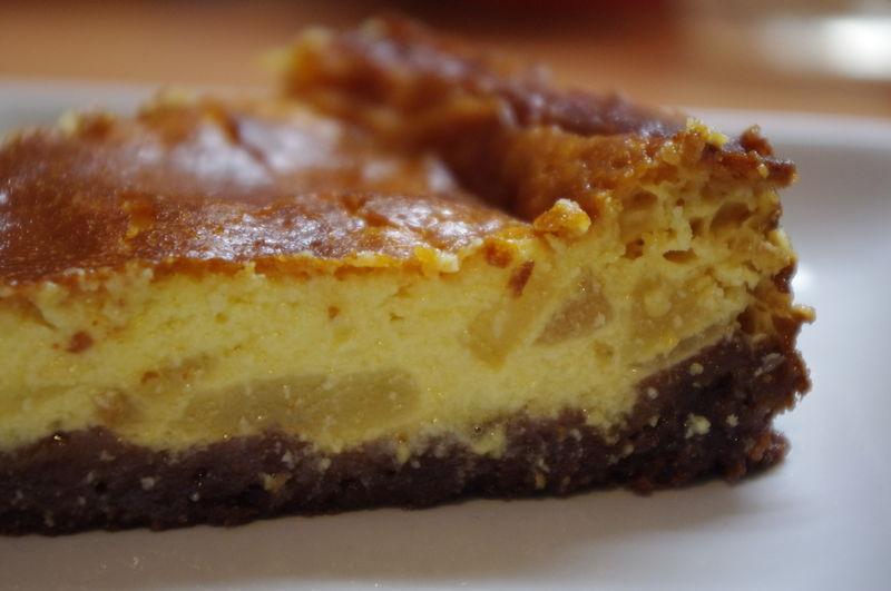 Cheesecake au chocolat blanc & aux poires, sur son lit de Roudor au chocolat