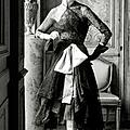 Cristóbal Balenciaga, robe et manteau de cocktail en dentelle noire, ceinture corselet rose, 1951
