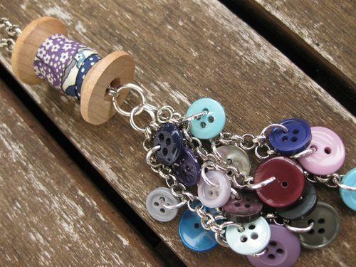 Détail du collier couture : bobine et boutons