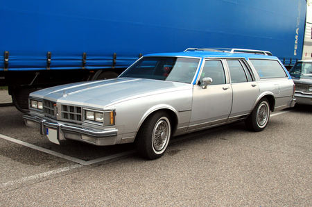 Oldsmobile_custom_cruiser_wagon_de_1986__Rencard_burger_king_mai_2010__01