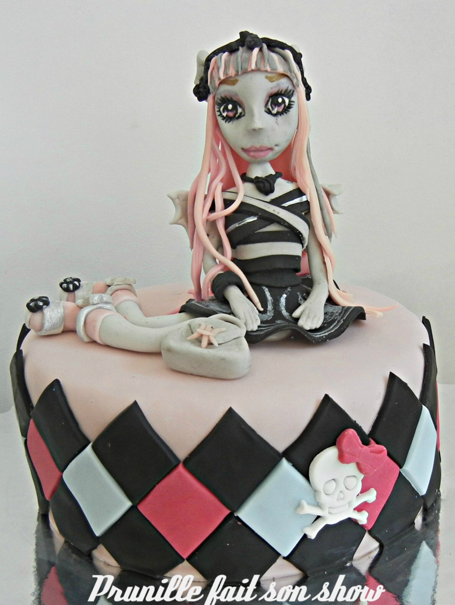Gateau MONSTER HIGH - Figurine Rochelle modelée .