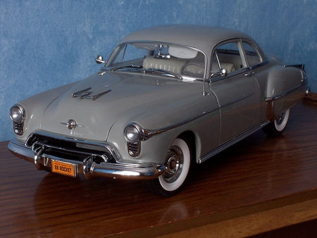 OLDSMOBILE_Rocket_88_2door_Sedan___1950_par_ERTL_Authentics___1_