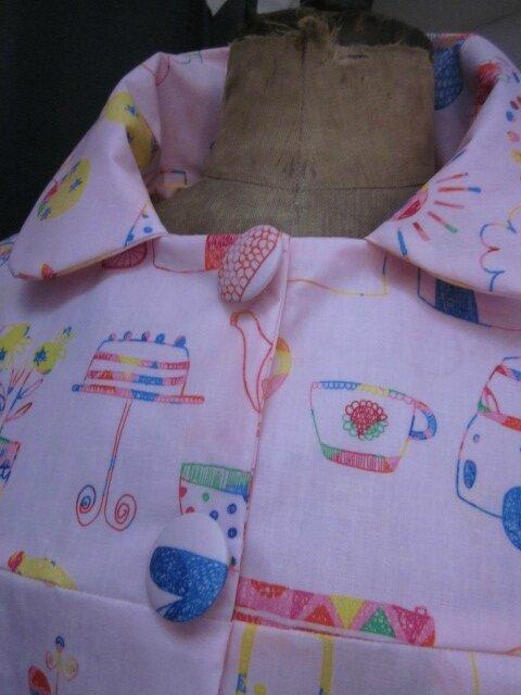 Ciré AGLAE en coton enduit rose imprimé dessins d'enfant fermé par 2 pression dissimulés sous 2 boutons recouverts (6)