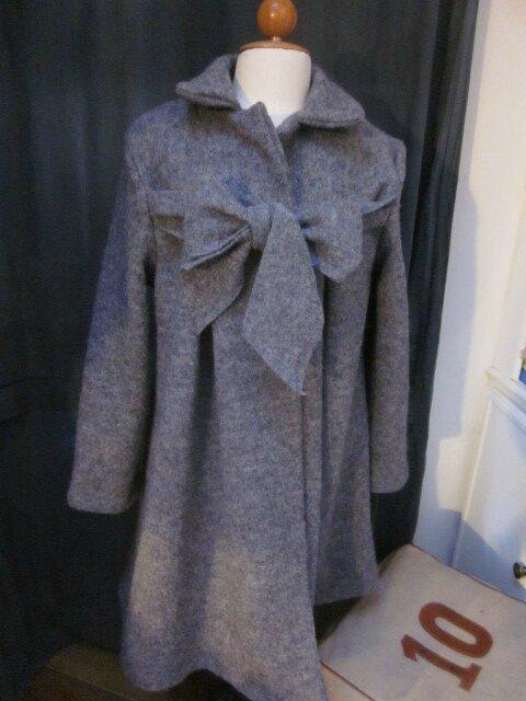 un manteau AGLAE en laine bouillie gris moyen chiné fermé par un noeud