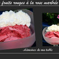 Tendre delice : glace aux fruits rouges à la rose marbrée de coulis