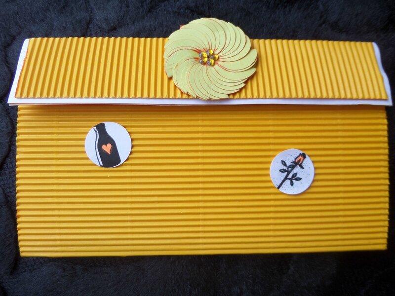 pochette fermé avec un scratch et petite fleur réalisé avec du post it