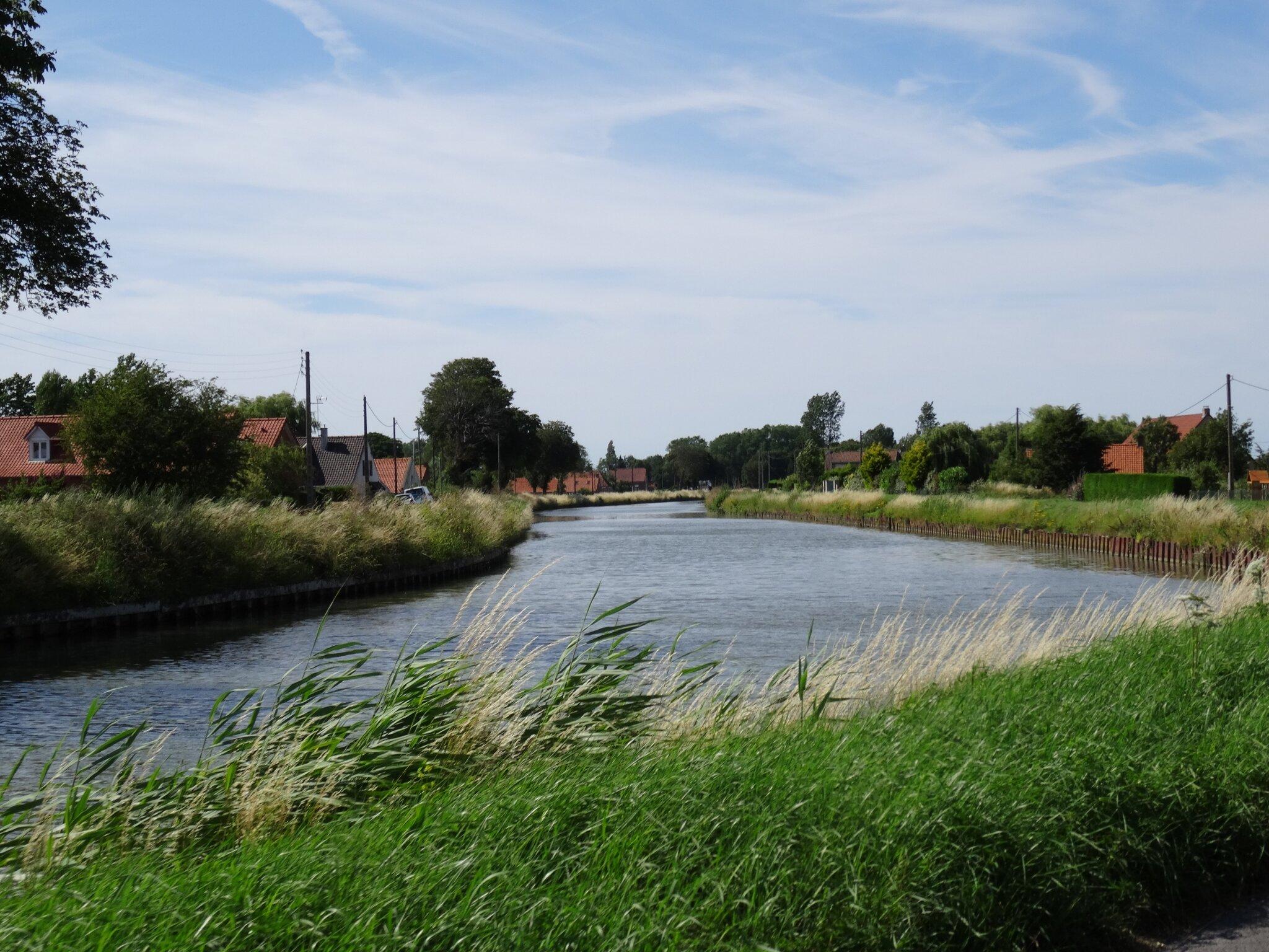 Pimpren'Ailes roule le long de l'Aa entre Gravelines et Saint-Omer