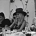 bb-theme-chapeau-1968-07-saint_tropez-repas-avec_delon_barclay-1