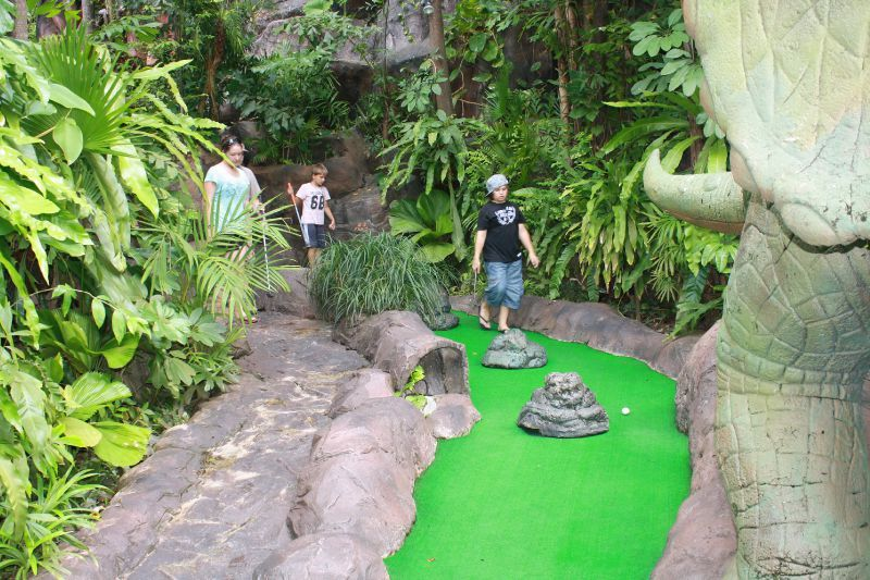 7 Inspiring Kid Room Color Options For Your Little Ones: Mini Golf ... Ambiance JURASSIC PARK !