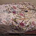 châle en soie brodé d'oiseaux et feuillages. indochine vers 1900