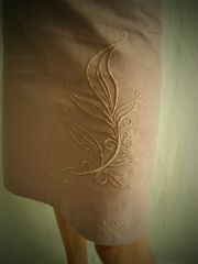 detail broderie jupe parme