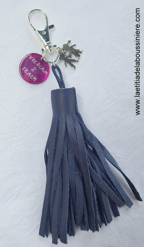 Porte-clés Pompon Keep Calm & Teach (bleu marine) - 21 €
