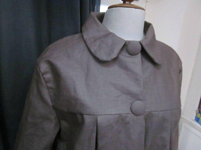 Ciré AGLAE en lin enduit beige fermé par 2 pressions dissimulés sous 2 gros boutons recouverts dans le mm tissu - taille 50 (3)