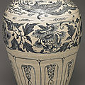 Vietnamese vase with phoenix-and-peony décor in underglaze blue. Late 15th-early 16th centuries