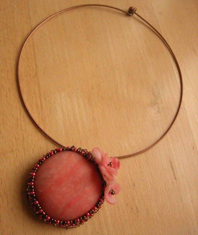Collier avec perles tisses et cabochon en polymre