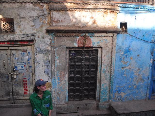Christian dans une des petites rues de Bénares