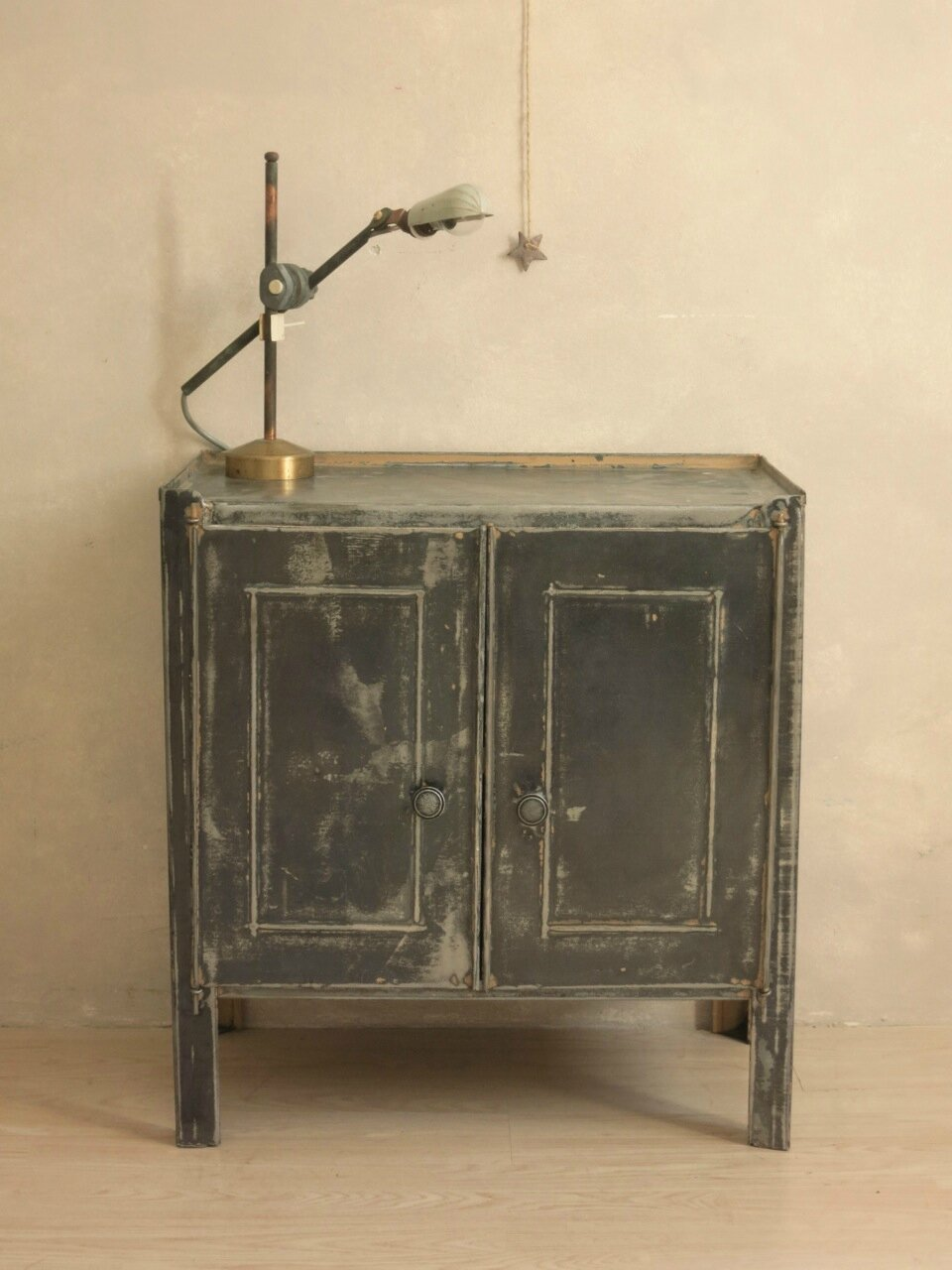 Le mini buffet industriel commodes tables et buffets vintage c 39 est v - Meuble industriel paris ...