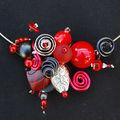 collier tour de cou rouge et noir