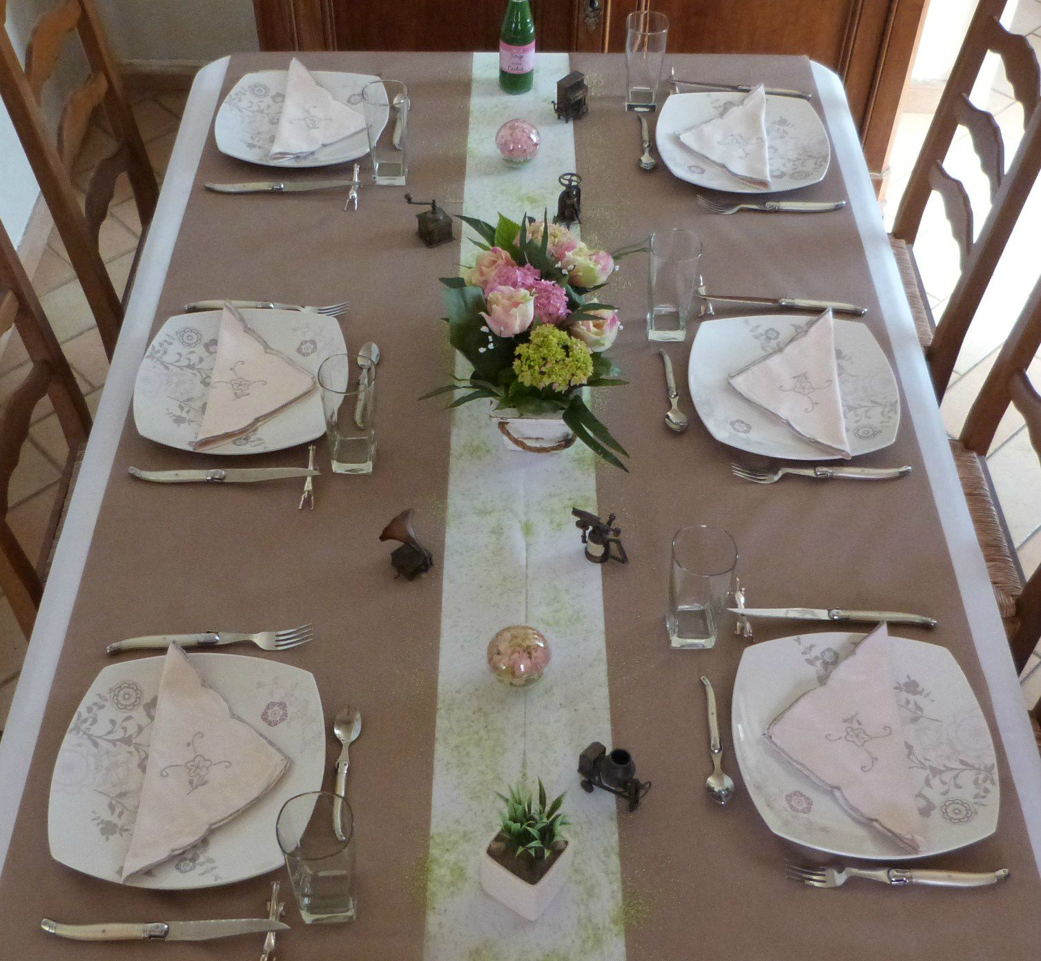 F te des p res en marron blanc et rose tables et d co for Nappe centre de table