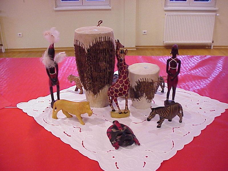 Créa'diffusion propose avec ses panneaux, la vente d'objets africains, dont une partie du bénéfice ira à des associations caritatives en Afrique