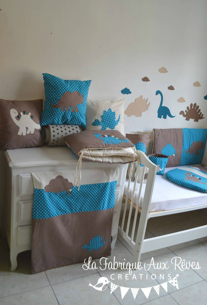 linge lit b b et d coration dinosaure bleu p trole canard beige et camel gigoteuse tour lit. Black Bedroom Furniture Sets. Home Design Ideas