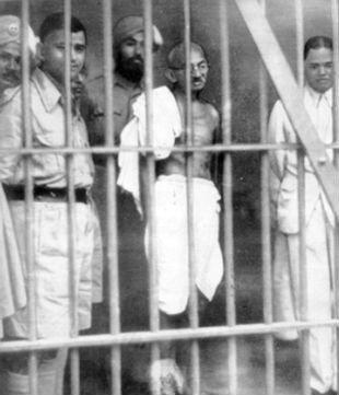 Mais malgré cela Mandela ne perdait pas son objectif de vue et c'est dans cette prison qu'il apprit l'histoire de ces oppresseurs les Afrikaners ainsi que.