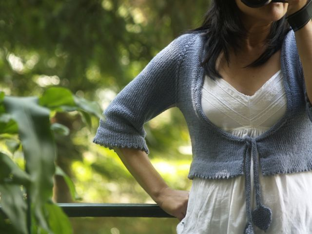 Cropped cardigan with leafs ties.