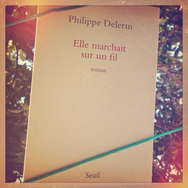 ELLE MARCHAIT SUR UN FIL - Philippe DELERM
