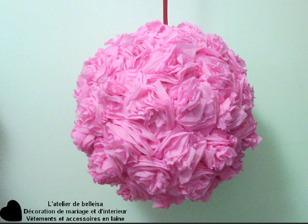boule de fleur en papier cr pon suspendre rose l atelier de belleisa. Black Bedroom Furniture Sets. Home Design Ideas