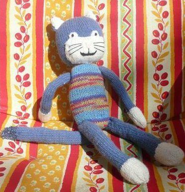 doudou chat bleu corps multicolore sur chaise longue retaillé