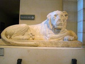 Lion_qui_gardait_l_entr_e_d_une_chapelle_du_Serap_um_de_Saqqara_3