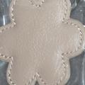 porte-clés 'fleur' en cuir taupe