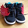 Des accessoires en cuir en forme d'ailes et monstres pour chaussures