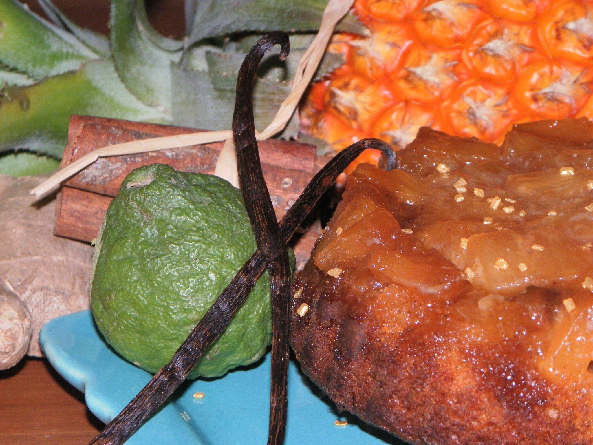 Petit gâteau hémisphère sud (et éphémère) au caramel d'ananas Victoria et au combava