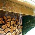 Des toiles d'araignées sous le toit du bûcher
