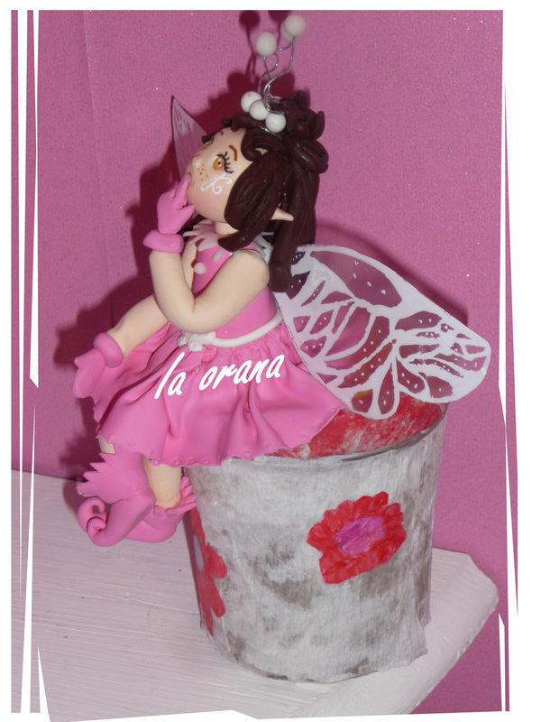 Petite fée rose sur son pot