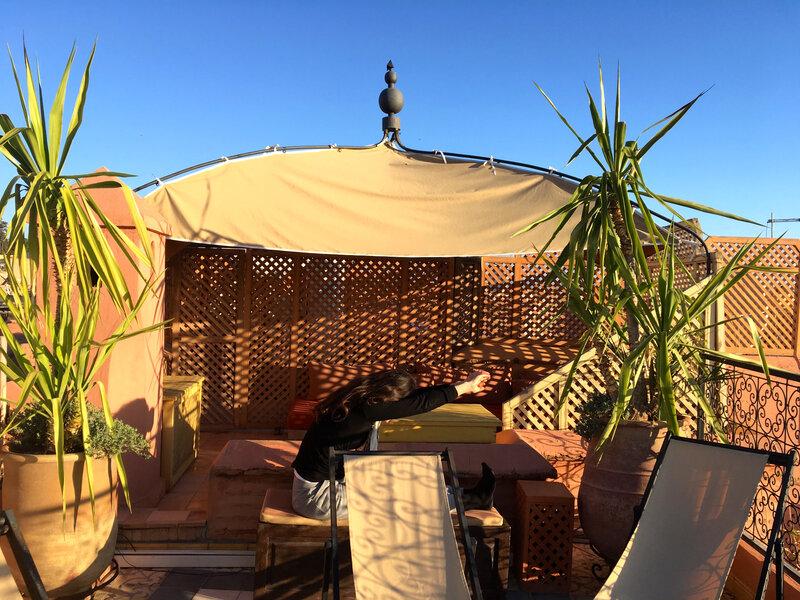 étirements sur la terrasse au Riad Ghali