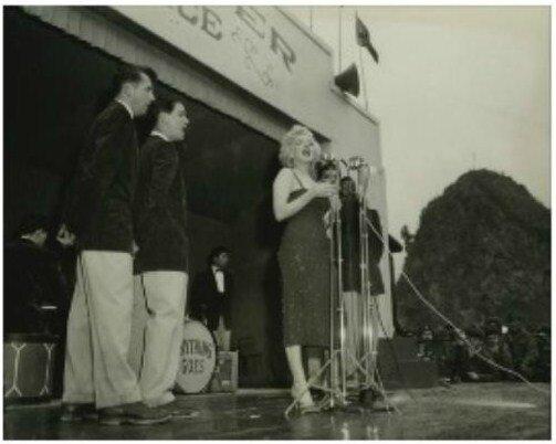 1954-02-17-korea-grenadier_palace-stage-023-1