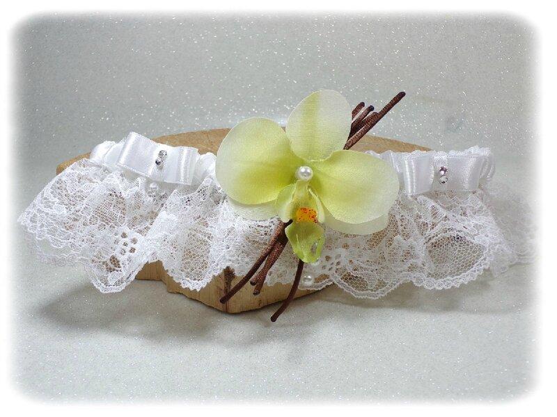 Jarretière de mariée orchidée vanille dentelle de Calais strass nacre noeuds