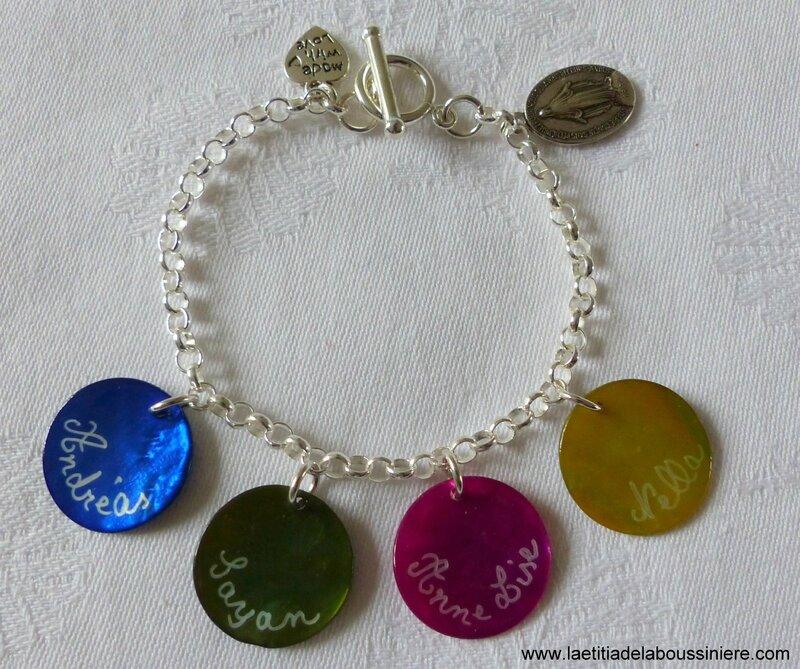 Bracelet sur chaîne argent massif avec 4 médailles en nacre gravées